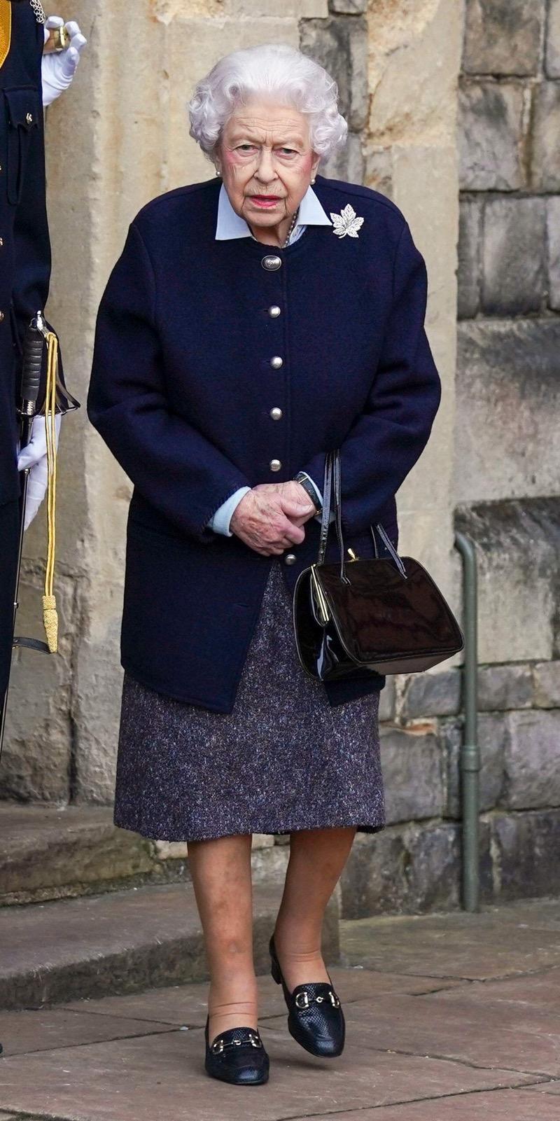 Королева Елизавета II вышла в свет и показала уютный осенний образ (ФОТО) - фото №2