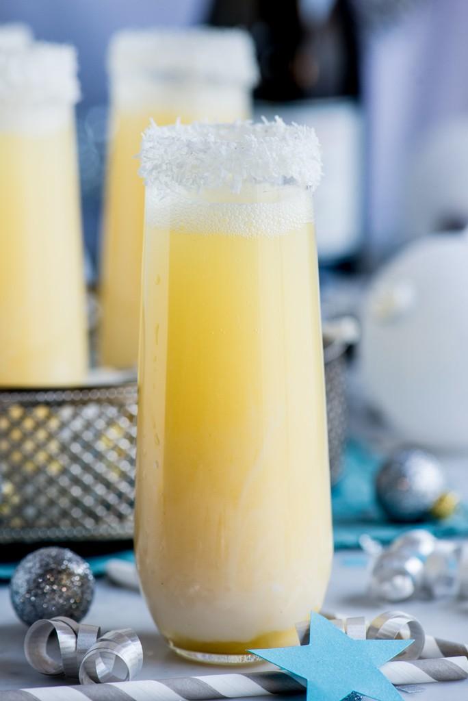 Игристый коктейль с ананасом и кокосом