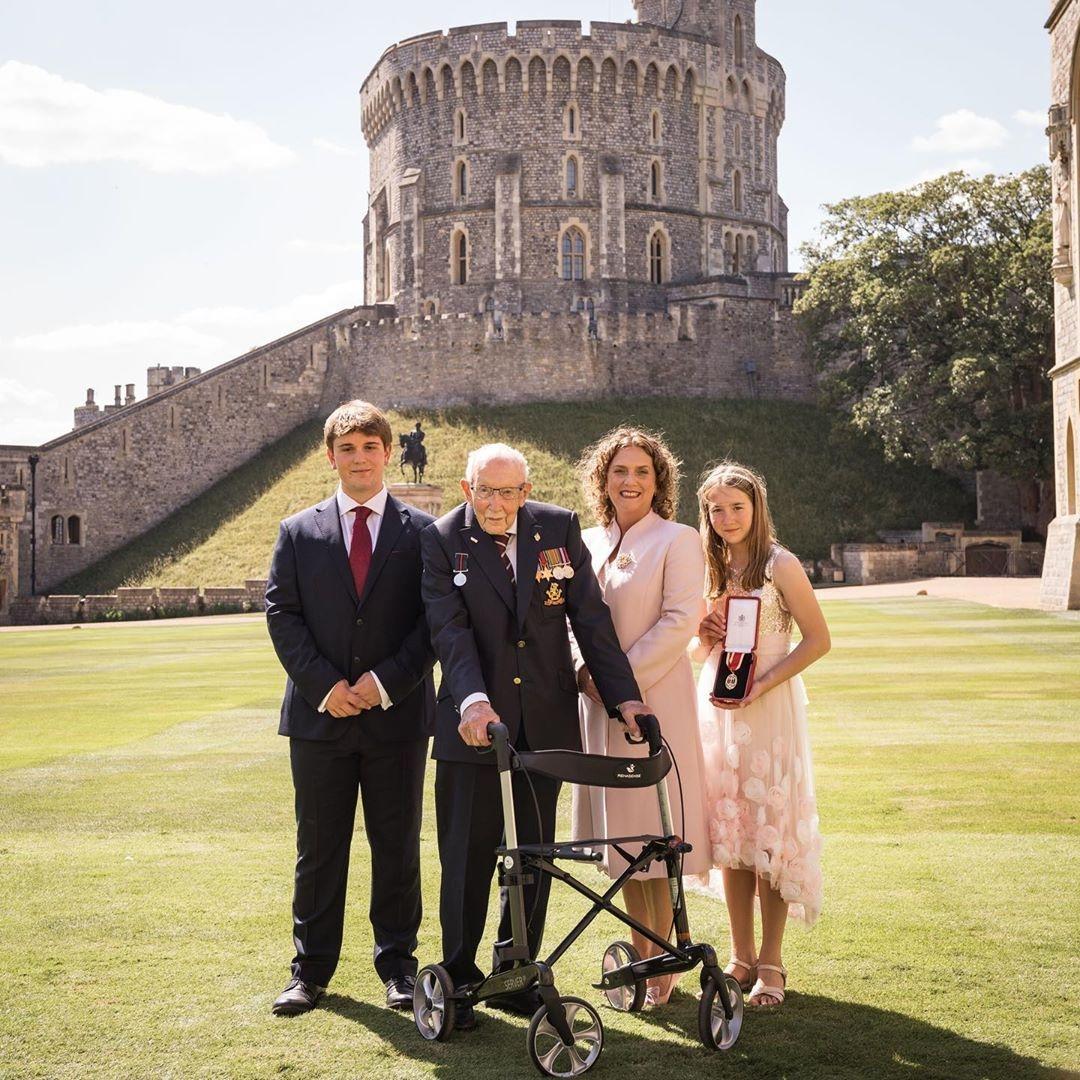 ветеран Том Мур и его семья фото 2020