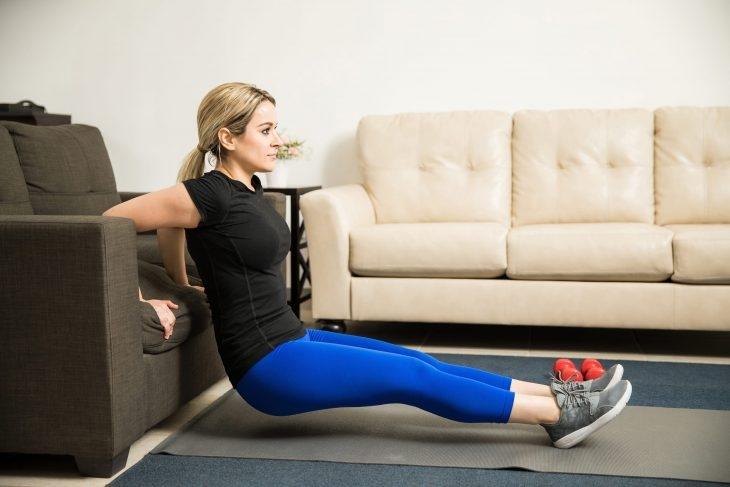 Фитнес дома: ТОП-10 простых упражнений для занятий на диване - фото №6