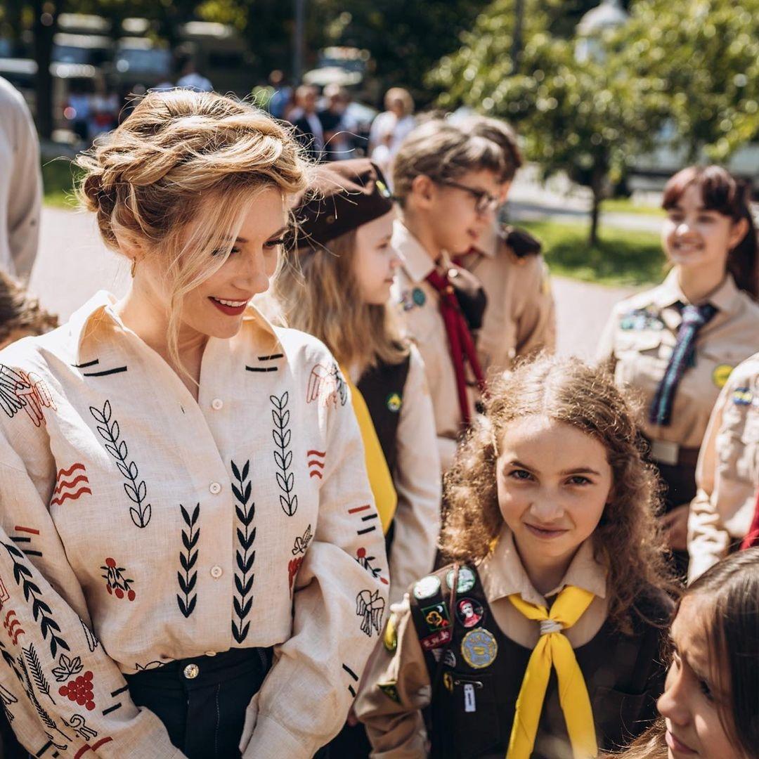 """Звезда сериала """"Викинги"""" Кэтрин Винник посетила скаутскую организацию """"Пласт"""", в которой состояла в детстве (ФОТО) - фото №2"""