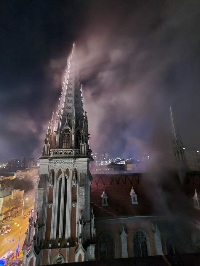 В Киеве горел Костел Святого Николая: подробности - фото №1