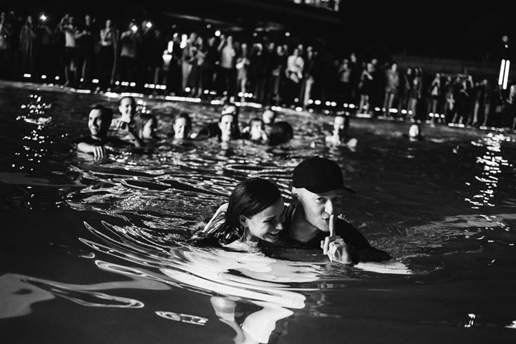 """Настоящий рок-н-ролл: """"Бумбокс"""" зафиналили выступление в Osocor Residence прыжком в воду - фото №4"""