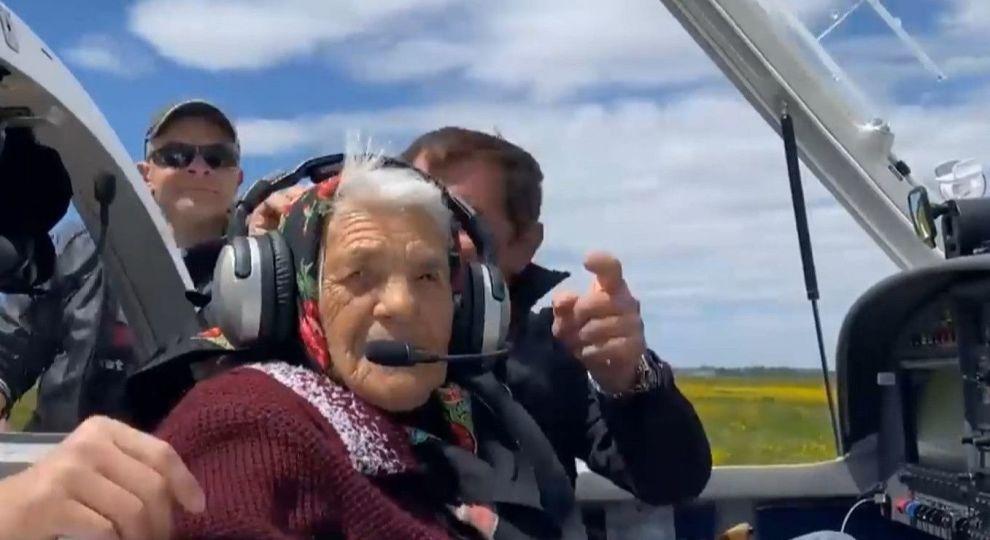 Видео дня: 90-летняя бабушка из Закарпатья села за штурвал самолета - фото №1