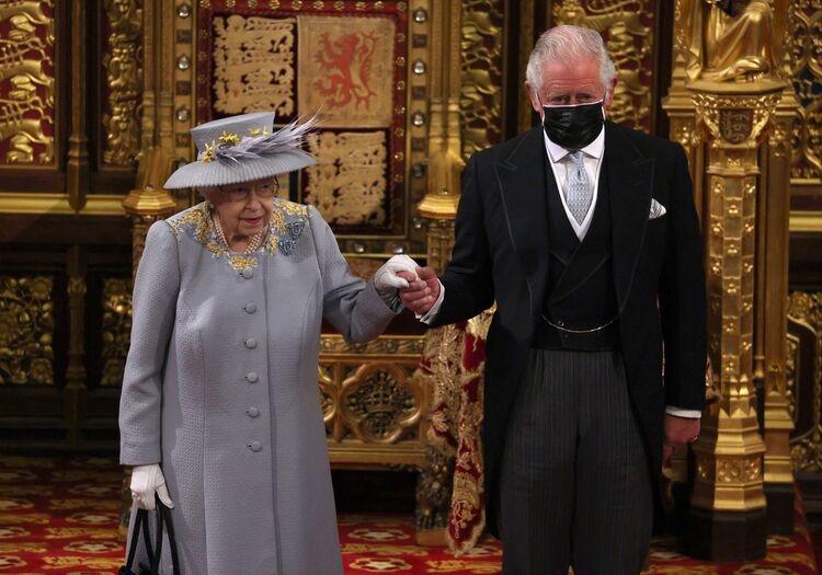 Королева Елизавета II впервые появилась на публике после похорон мужа (ФОТО) - фото №3