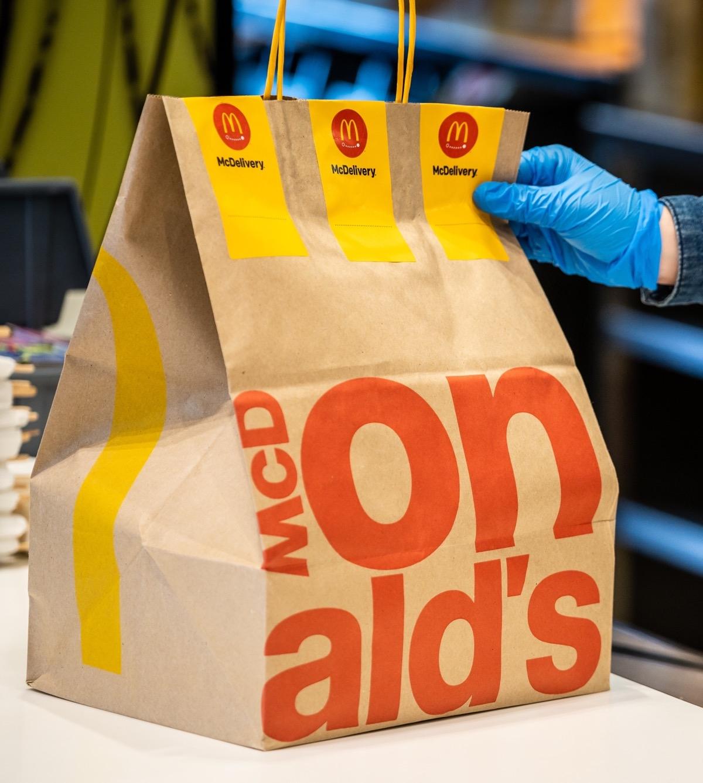 """Курс на экологичность: McDonald's перерабатывает использованные стаканы в пакеты для заказа """"с собой"""" и доставки - фото №1"""
