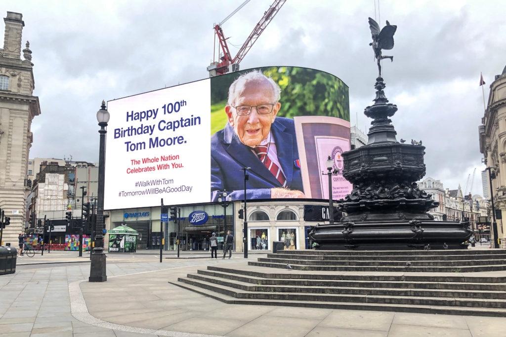 Ветеран Том Мур, собравший 40 миллионов для врачей, отпраздновал 100-летие (ФОТО) - фото №7