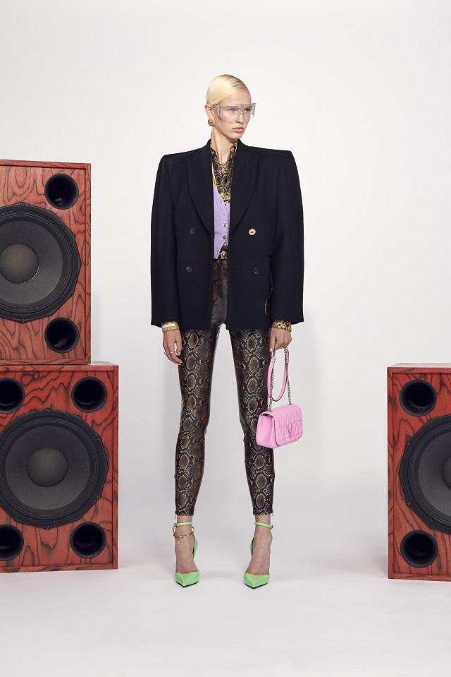 Брюки с низкой посадкой и змеиный принт: Versace представили новую круизную коллекцию (ФОТО) - фото №11