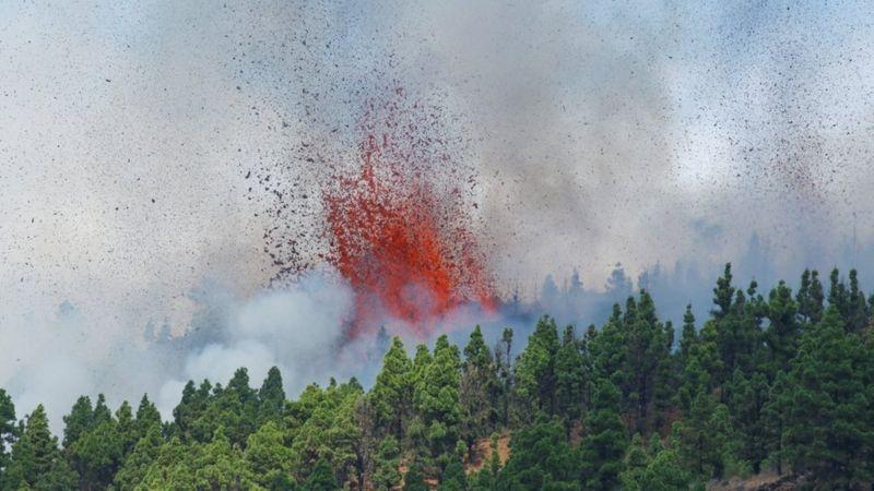 На Канарских островах началось извержение вулкана: жителей экстренно эвакуируют (ФОТО) - фото №1