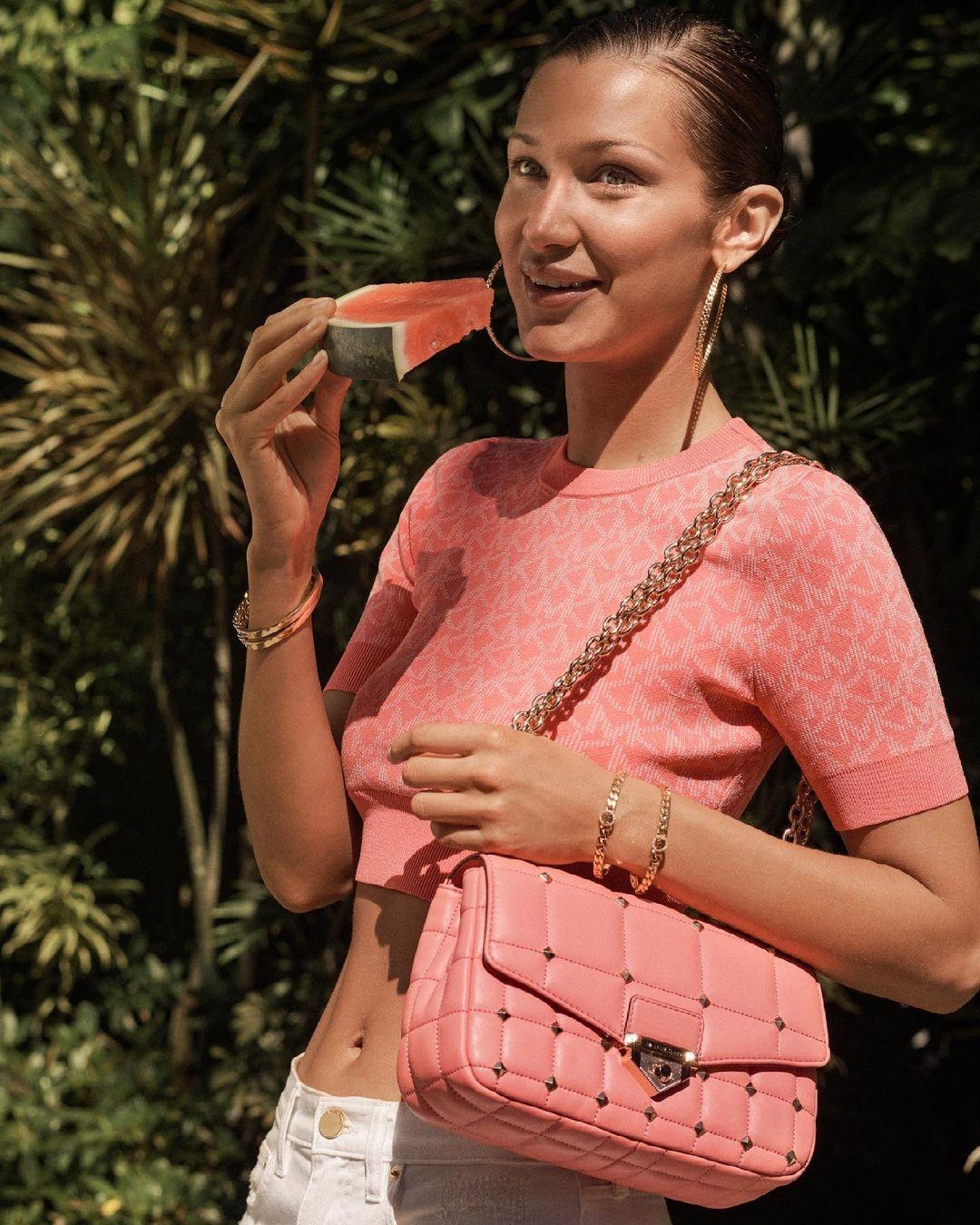 Белла Хадид показала самые модные сумки 2021 года в новой рекламе Michael Kors (ФОТО) - фото №4