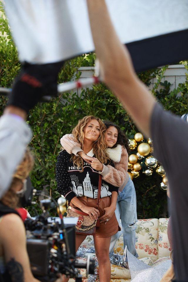 Дженнифер Лопес со своей семьей в рождественской кампании Coach (ФОТО+ВИДЕО) - фото №4