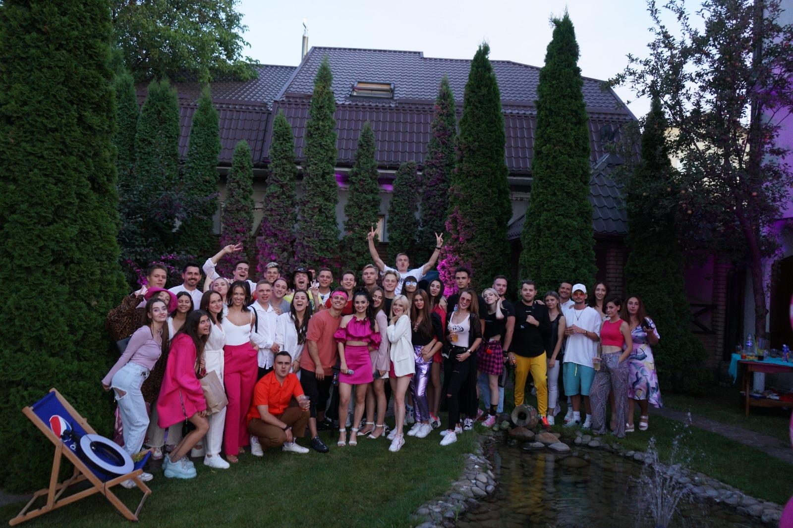 Популярные блогеры, бывший парень и злые соседи: Анна Тринчер показала, как отпраздновала день рождения (ВИДЕО) - фото №2