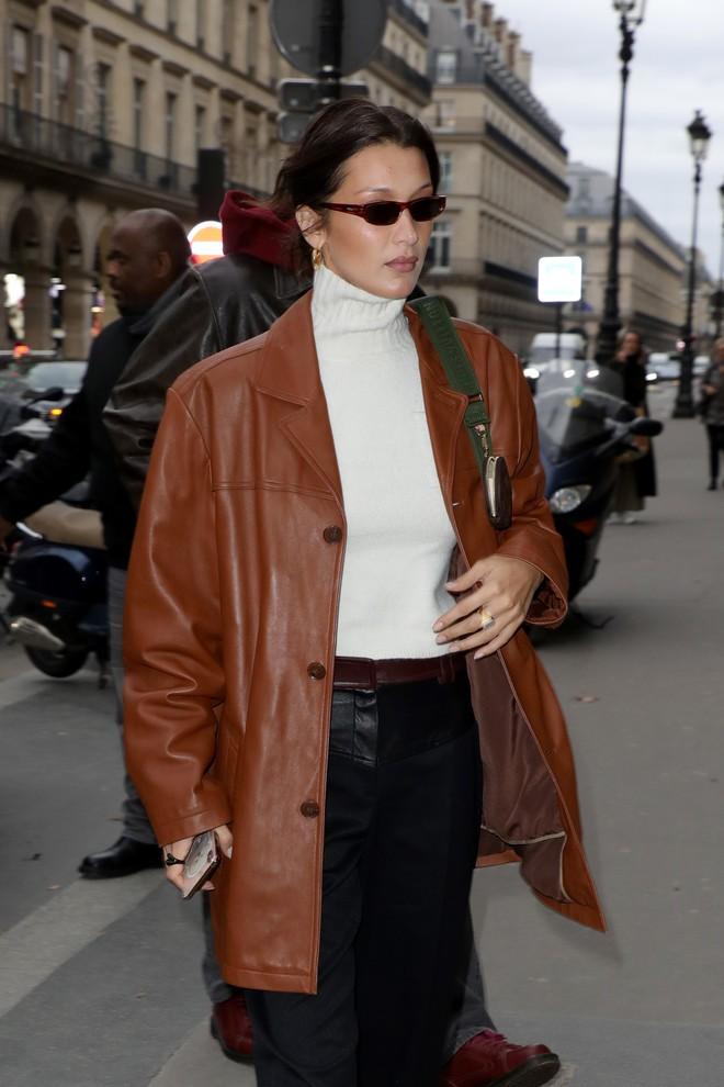 Кожаный пиджак и водолазка: Белла Хадид дает мастер-класс в стиле 90-х - фото №2