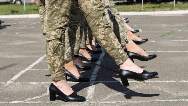 Девушек-военнослужащих заставили маршировать на каблуках ради парада на День Независимости - фото №2
