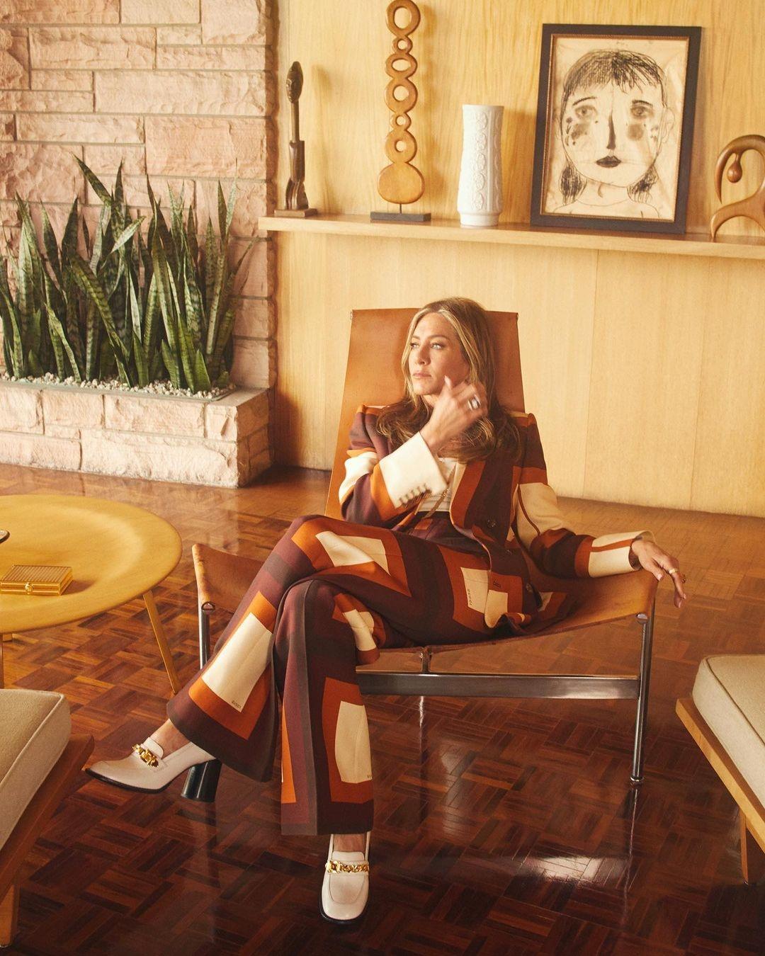 Неувядающая красота: Дженнифер Энистон покорила поклонников новой съемкой для глянца (ФОТО) - фото №6