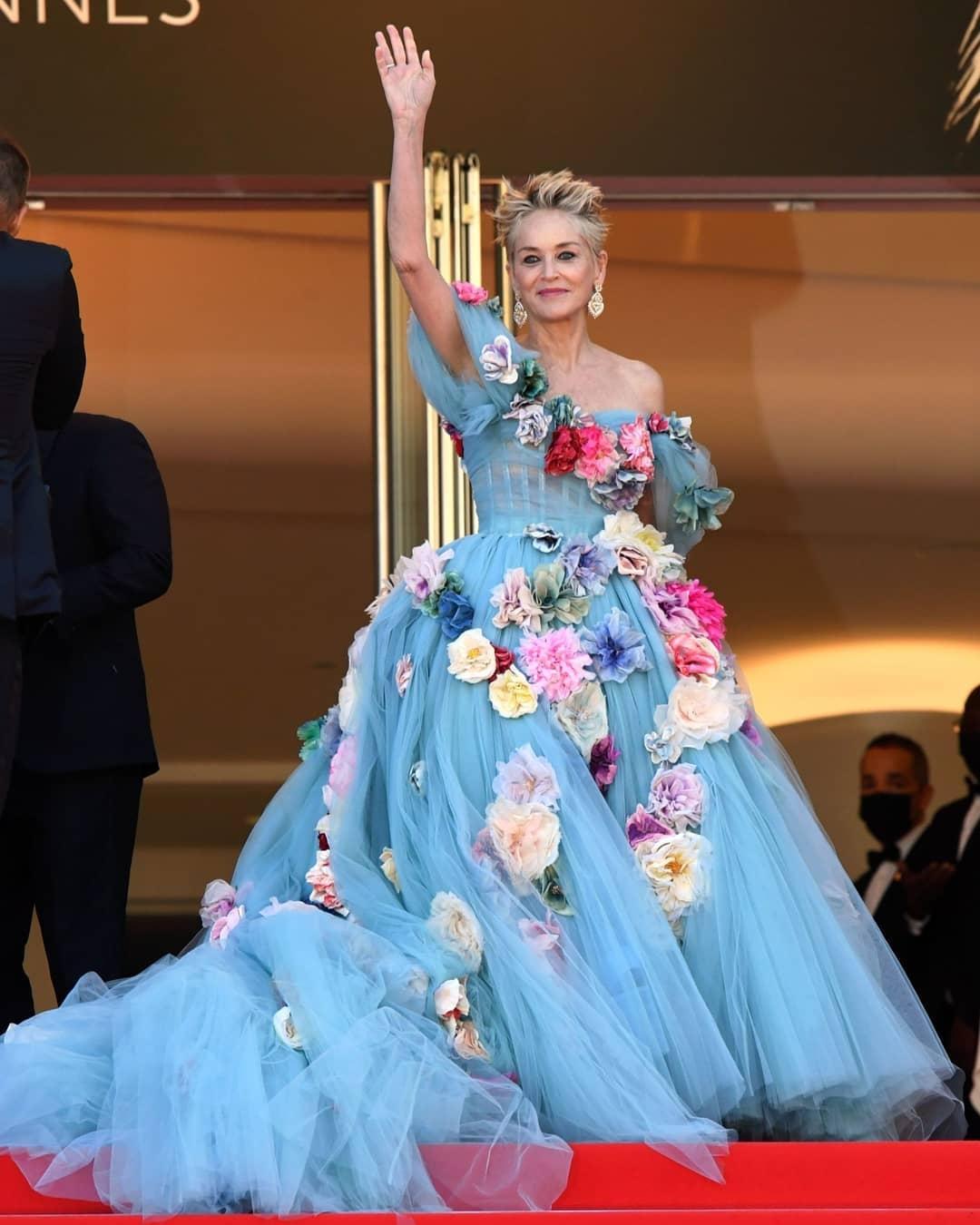 Шэрон Стоун в сказочном платье с цветами произвела фурор на Каннском кинофестивале (ФОТО) - фото №2