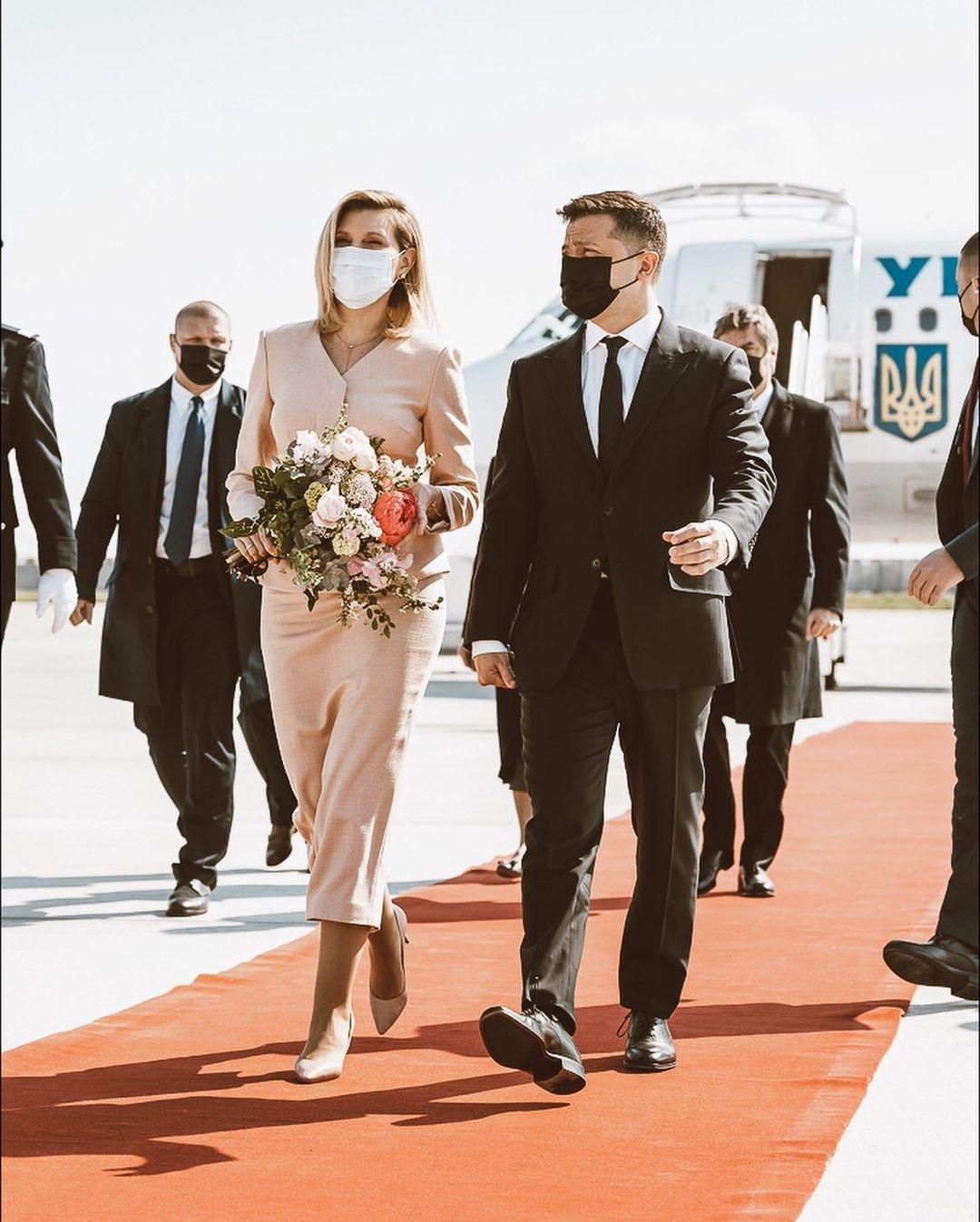Образ дня: Елена Зеленская в женственном наряде прилетела в Париж (ФОТО) - фото №2