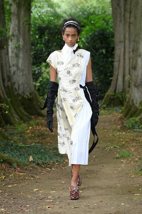 """Неделя моды в Лондоне: Erdem выпустили новую коллекцию по мотивам книги """"Любовница вулкана"""" - фото №2"""
