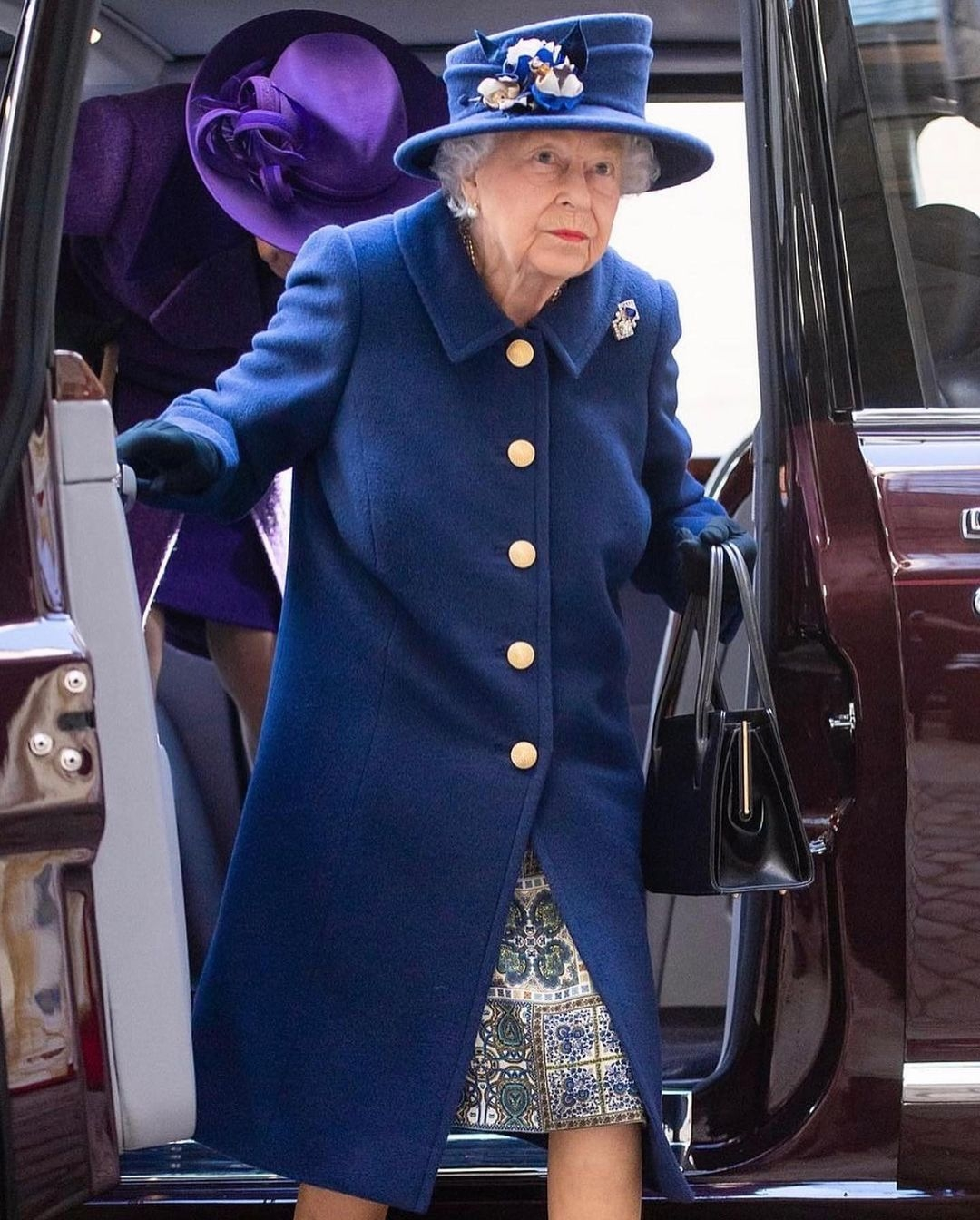 Королева Елизавета впервые появилась на публике с тростью (ФОТО) - фото №4