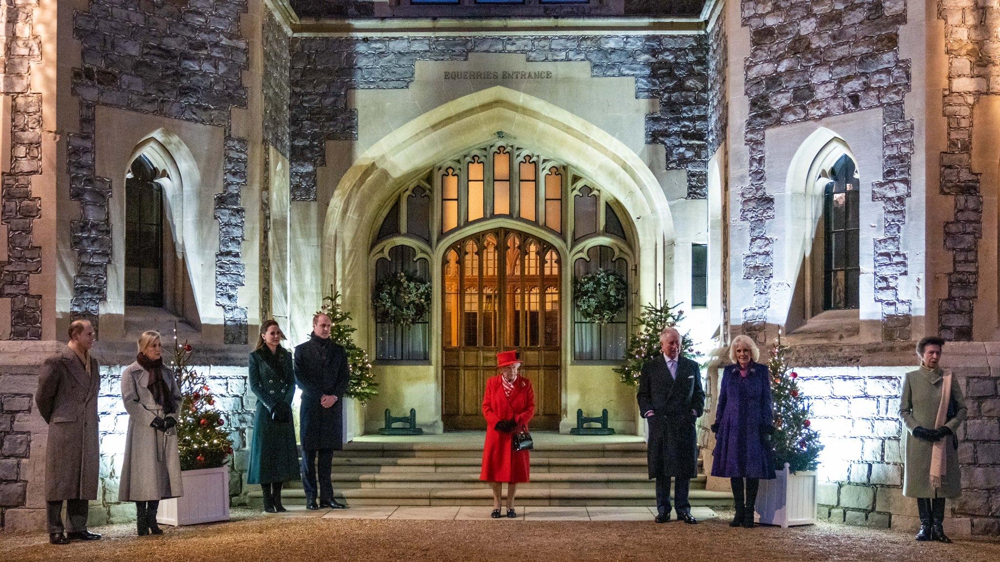 Красное или зеленое? Кейт Миддлтон и Елизавета II встретились в Виндзоре и показали стильные образы (ФОТО) - фото №2