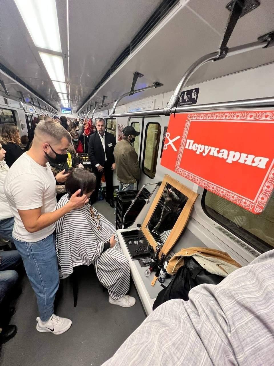 Маникюрный салон, базар и барбершоп: в киевском метро устроили акцию против нелегальной торговли (ФОТО) - фото №1