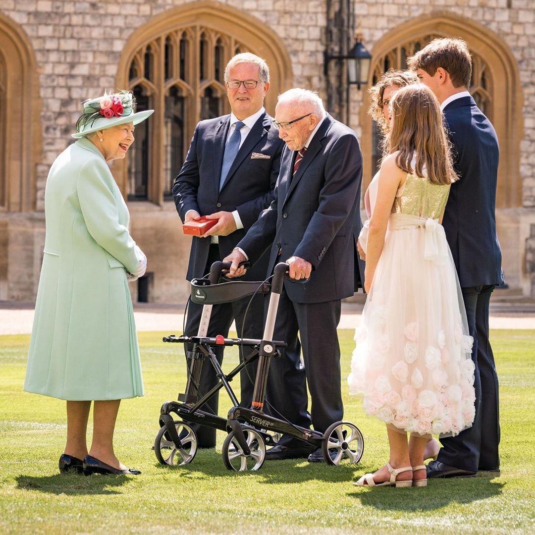 Королева Елизавета II и ветеран Том Мур фото 2020
