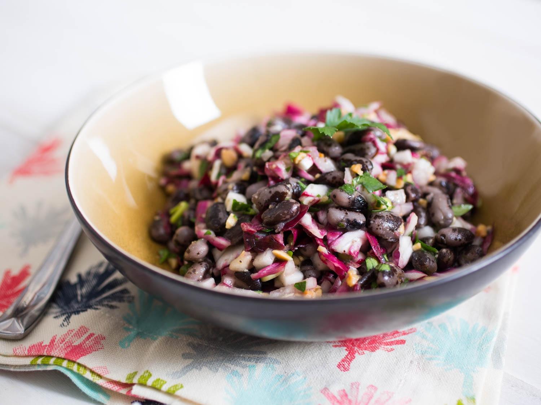 Салат с фасолью, маринованным луком, редиской и миндалем