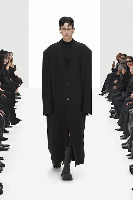 Цветочные платья, траурные костюмы и эстетика 90-х: Balenciaga выпустили новую коллекцию (ФОТО) - фото №2