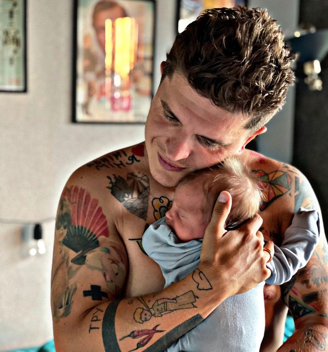 Отцовская любовь: Анатолий Анатолич сделал две тату в честь новорожденного сына Нила (ФОТО) - фото №2