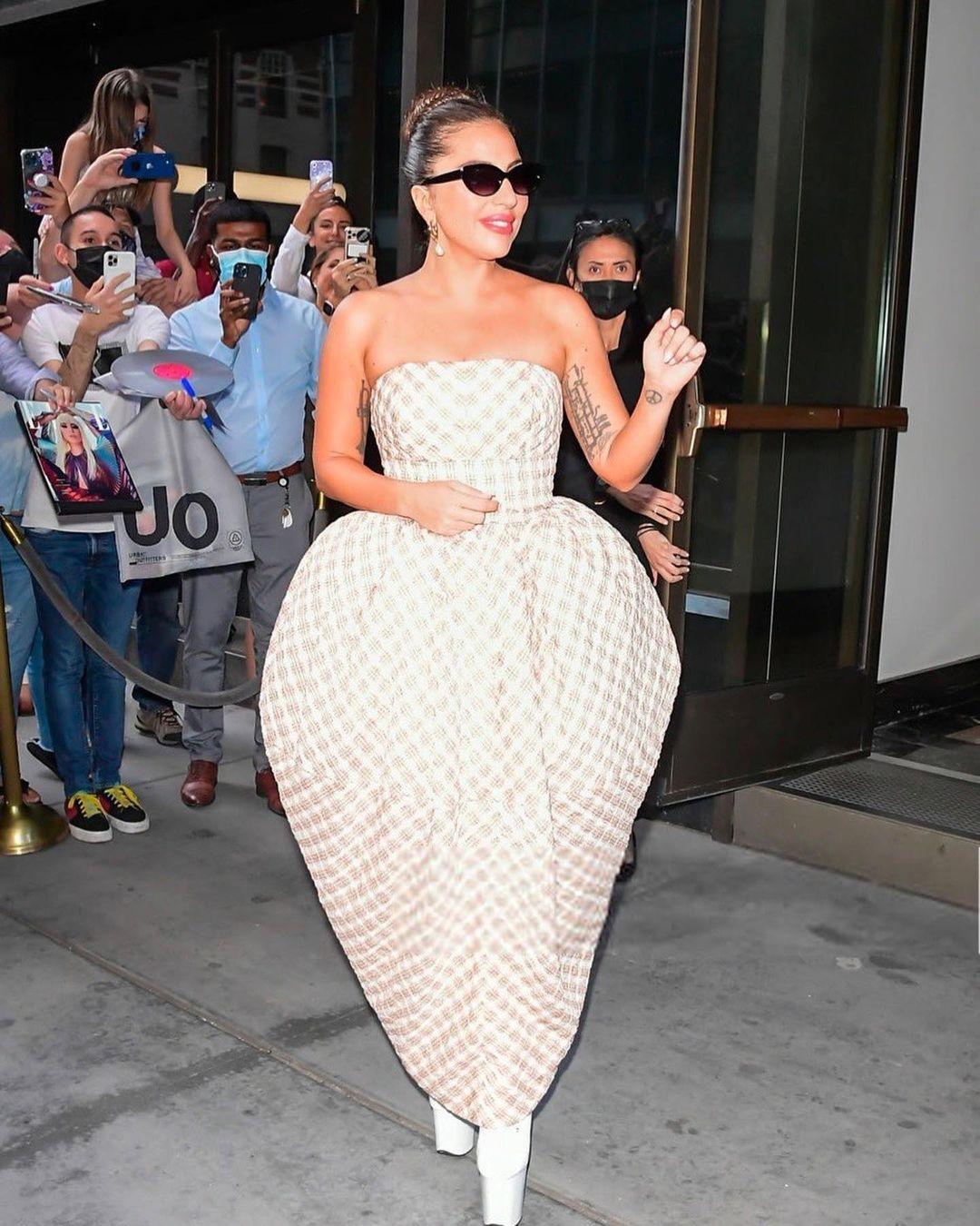 """Королева эпатажа: Леди Гага вышла в свет в """"платье-парашюте"""" и экстремально высоких ботильонах (ФОТО) - фото №2"""