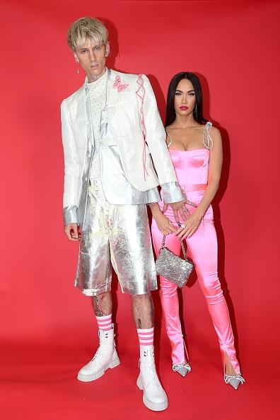 В розовом комбинезоне и блестящем костюме: Меган Фокс и Колсон Бэйкер на красной дорожке iHeartRadio Music Awards (ФОТО) - фото №2
