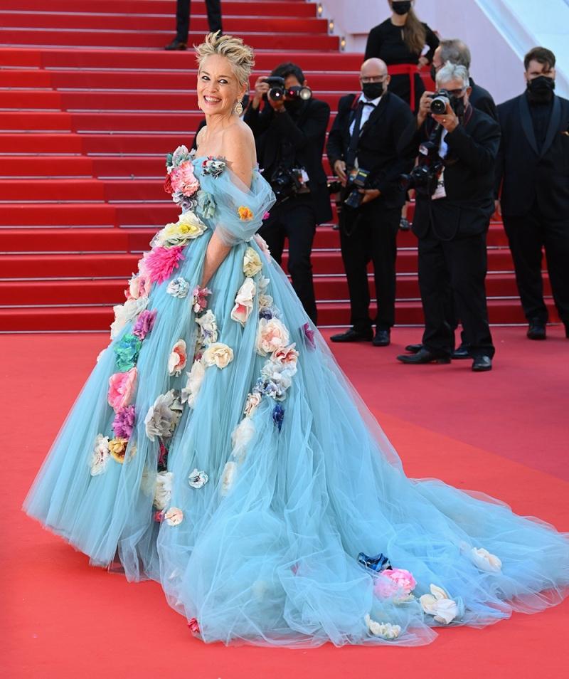 Шэрон Стоун в сказочном платье с цветами произвела фурор на Каннском кинофестивале (ФОТО) - фото №3