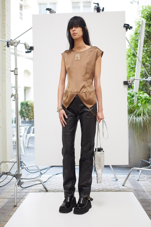 Асимметричные рубашки, удлиненные свитера и широкие брюки: обзор новой коллекции Maison Margiela (ФОТО) - фото №1
