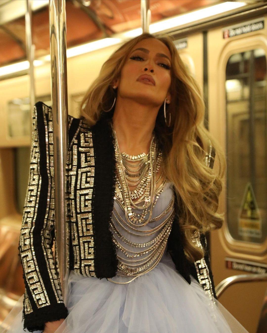 Новогодний образ: Дженнифер Лопес в платье из тюля и виниловых ботфортах (ФОТО) - фото №3