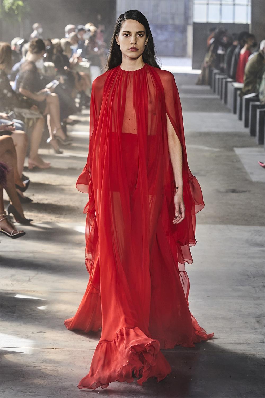 Неделя моды в Милане: Valentino представил коллекцию, вдохновленную цветами (ФОТО) - фото №14