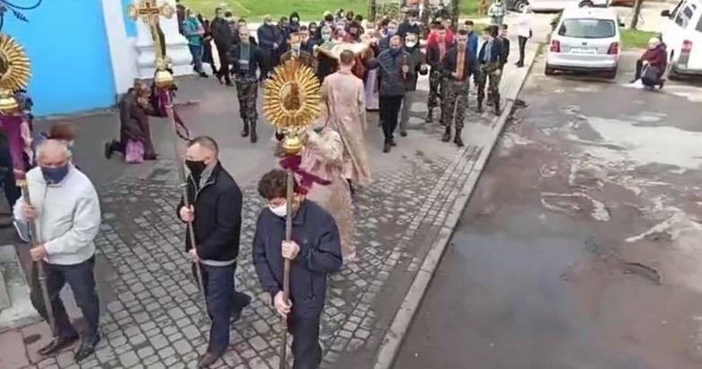 130 тысяч украинцев проигнорировали карантин и пришли в храмы на Пасху (ФОТО) - фото №1