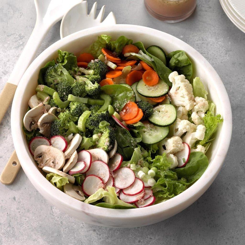Зеленый салат с редиской