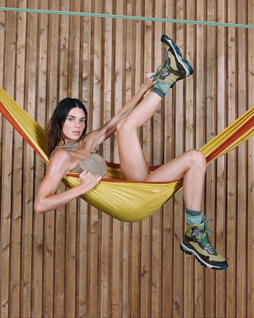 Без макияжа и фотошопа: Кендалл Дженнер снялась в новой кампании Jacquemus (ФОТО) - фото №5