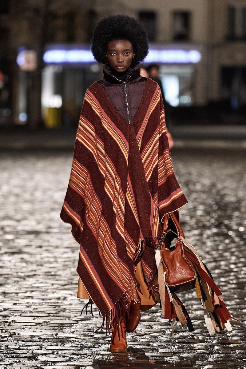 Полосатые пончо и платья из остатков ткани: обзор новой коллекции Chloé (ФОТО) - фото №5