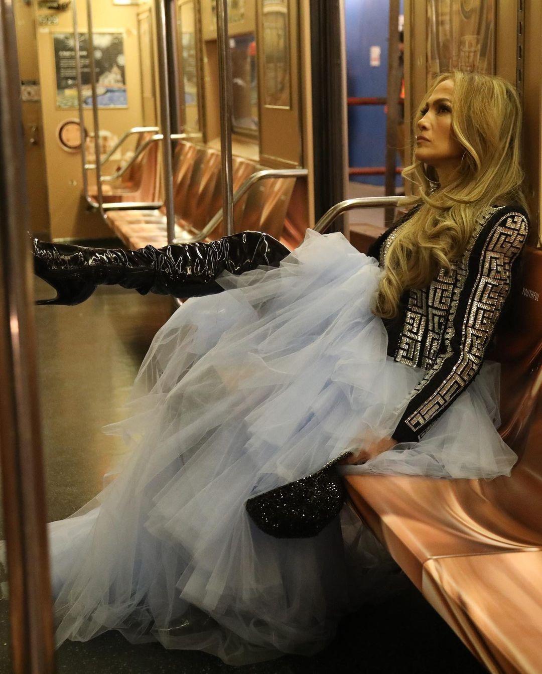 Новогодний образ: Дженнифер Лопес в платье из тюля и виниловых ботфортах (ФОТО) - фото №2