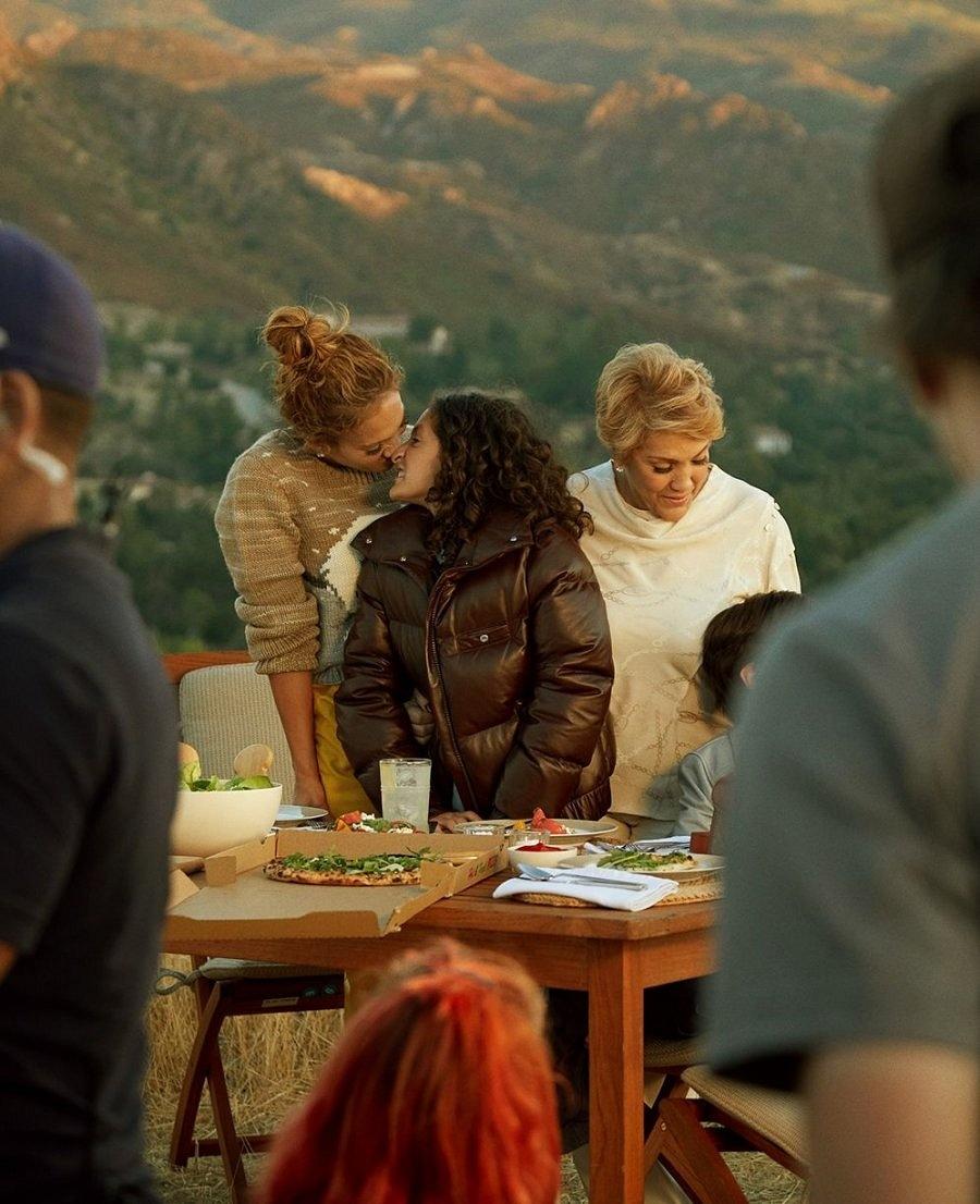 Семейный ценности: Дженнифер Лопес снялась для бренда Coach вместе со своей мамой и детьми (ФОТО) - фото №2