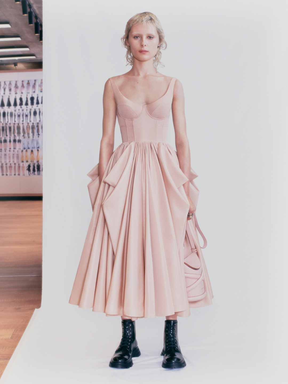 Смотрите fashion-фильм Alexander McQueen, снятый по мотивам новой коллекции весна-лето 2021 (ВИДЕО) - фото №2