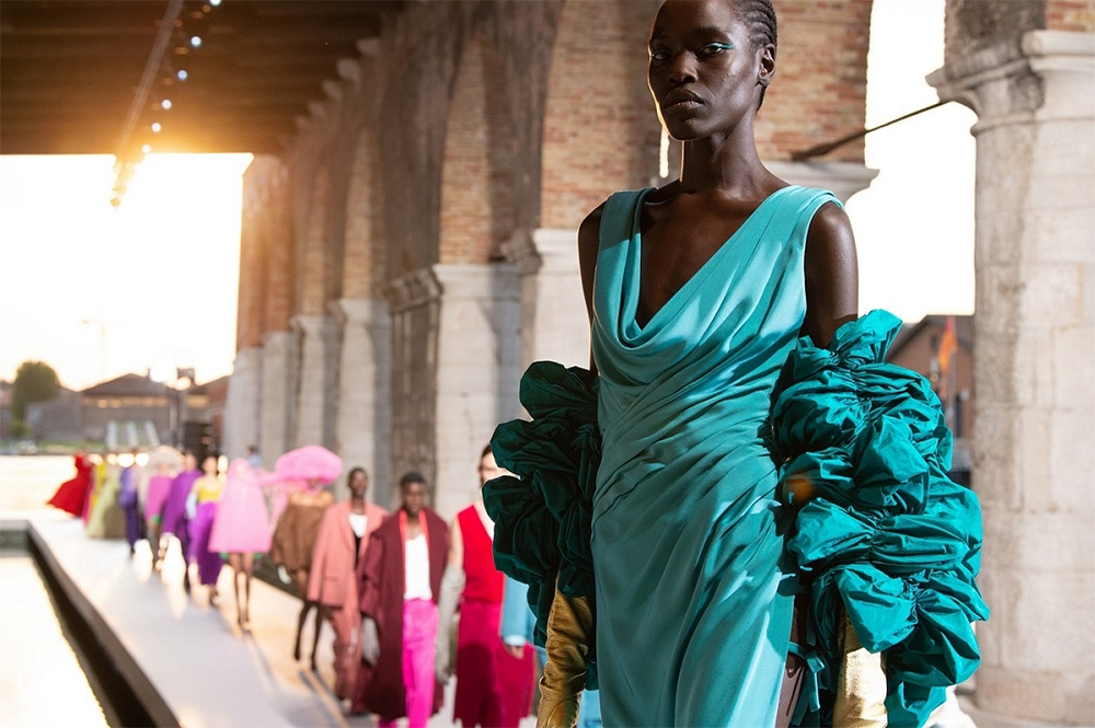 Шляпы с перьями и много цвета в новой коллекции Valentino Haute Couture (ФОТО) - фото №1