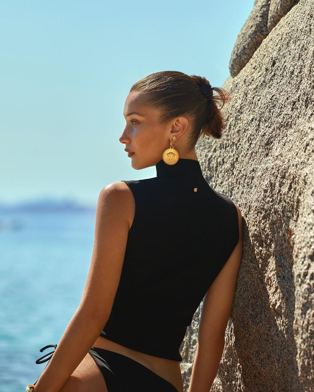 Мечты о лете: Белла Хадид в новой рекламной кампании Versace (ФОТО) - фото №3