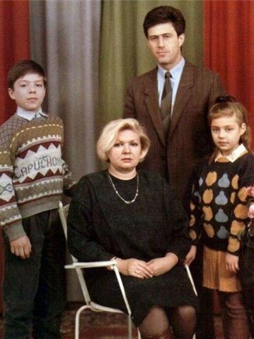 Тина Кароль показала редкое фото с мамой и братом - фото №2