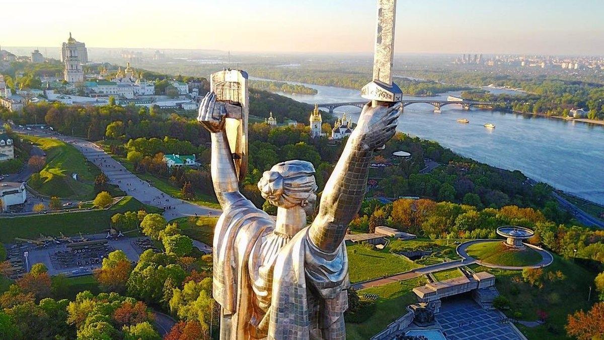 """Разоблачение? В Киевском музее заявили, что ЛГБТ-флаг на монументе """"Родина-мать""""—фейк и монтаж - фото №1"""