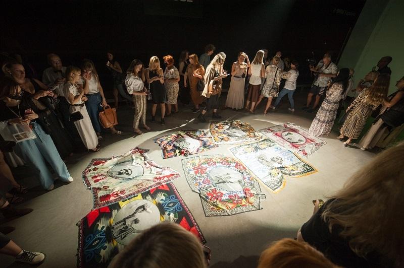 Художниця ZINAIDA на UFW NoSS 2021 презентувала колекцію хустин, орнаментовану принтами Батьківщини-матері (ФОТО) - фото №2
