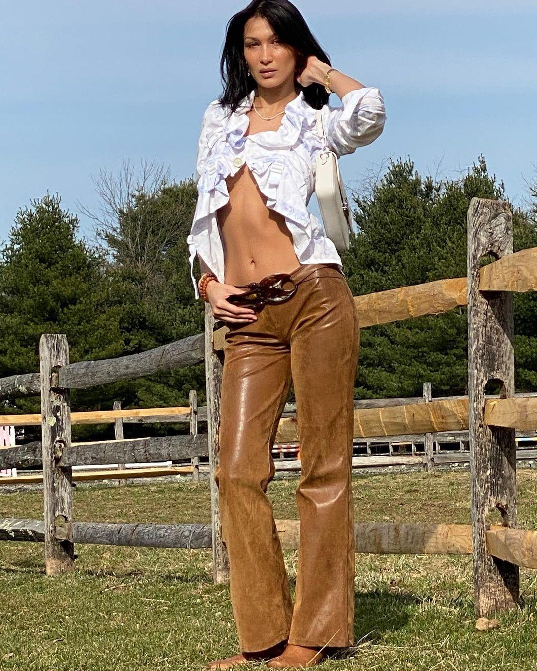 Образ дня: Белла Хадид в блузе с рюшами и кожаных брюках (ФОТО) - фото №2