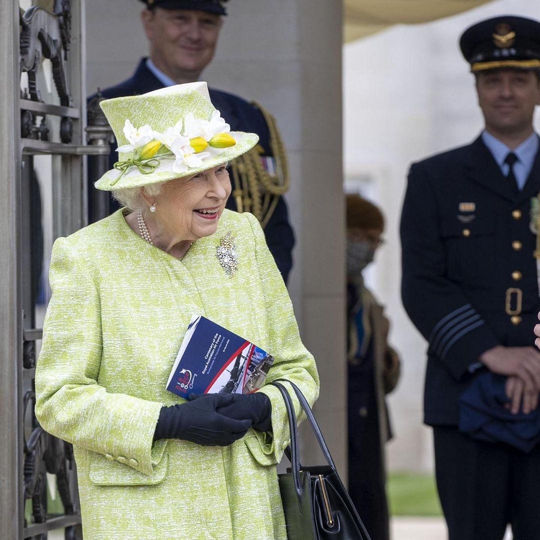 В салатовом пальто и шляпке с цветами: новый выход королевы Елизаветы II (ФОТО) - фото №4