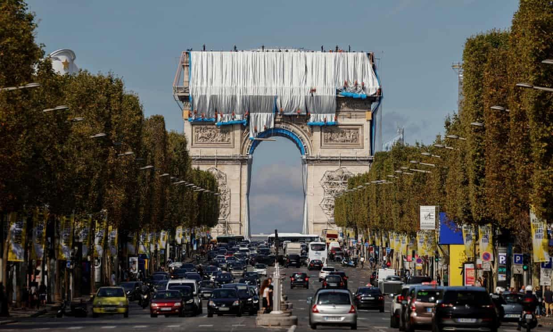 Исполняют последнюю волю художника Христо: Триумфальную арку в Париже обтягивают тканью (ФОТО) - фото №3